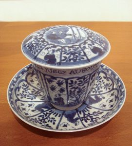 542px-Chinese_blue_and_white_export_porcelain_with_European_scene_and_French_inscription_Kangxi_period_1690_1700